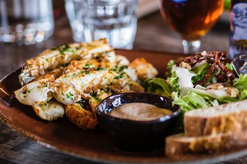 panierte Fisch filets mit Salat angerichtet
