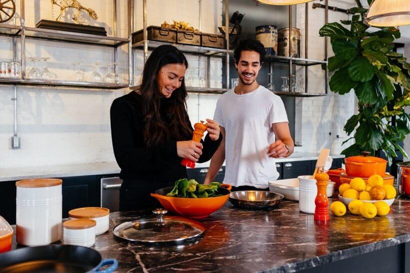 Teilnehmer des Kochkurs Stuttgart kochen gemeinsam in eleganter Küche